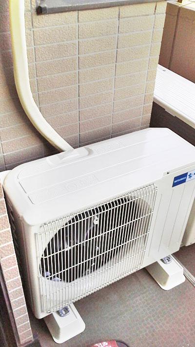 室外機 ベランダ置き 入替え後の新品エアコン:三菱 MSZ-GM222-W