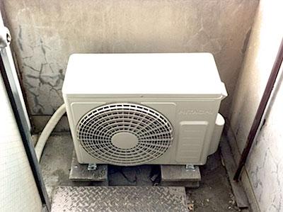 室外機 既存のブロックに設置:日立 RAS-AJ22C
