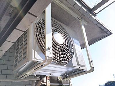 室外機(新品に入替え後) 天井吊りにて設置(架台も新品に交換済み):日立 白くまくん RAS-AJ22D