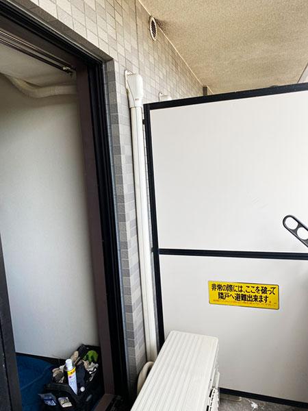 室外機 ベランダ置き 室外化粧カバーあり:日立 白くまくん RAS-AJ22J