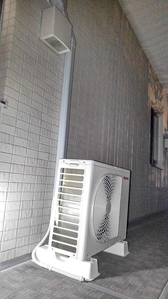 室外機 共用廊下置き 室外化粧カバーあり:東芝 RAS-H221M